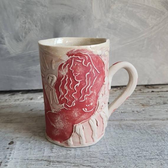 Mug en poterie artisanale  rouge et blanc dessin femme nu artistique céramique grès