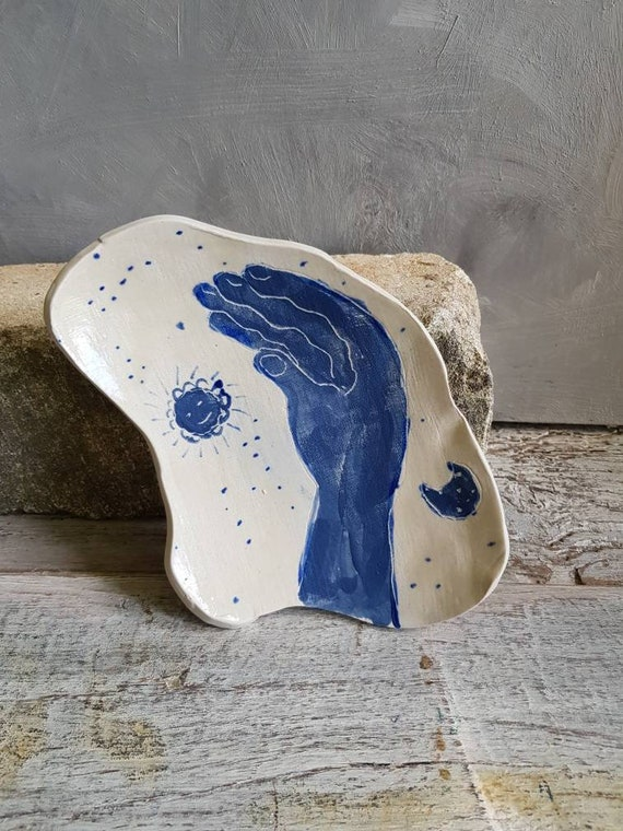 Assiette de forme libre dessin main avec la lune et le soleil, c'est une grande assiette en grès lune bleu et blanc. Piece-unique.