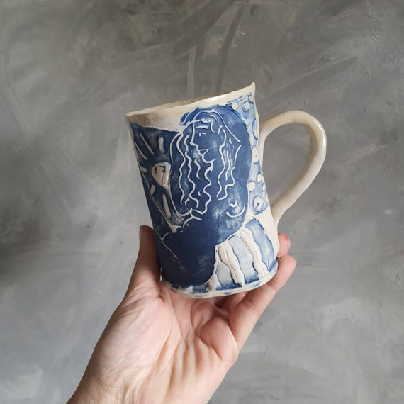 Mug en poterie artisanale  bleu et blanc dessin femme art céramique grès