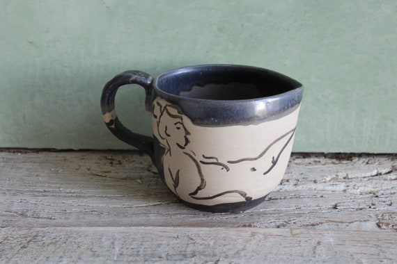 Pichet en poterie artisanale avec poignée . Décoré avec un dessin de femme nu et un émail noir, cruche en grès artisanale.