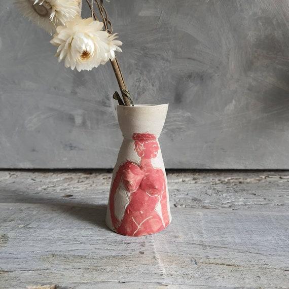 Petit vase artisanal en poterie dessin de femme portrait poterie rouge et blanche grès