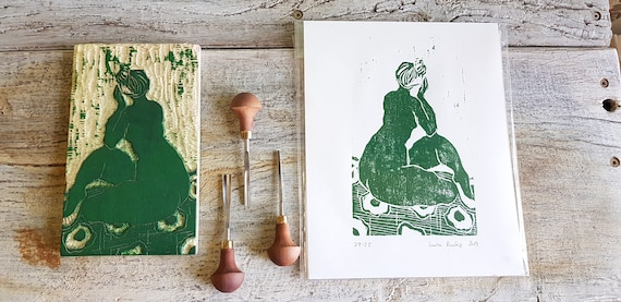 Woodcut, depicting a nude sitting from the back with green ink. Craft print of a drawing engraved on wood.