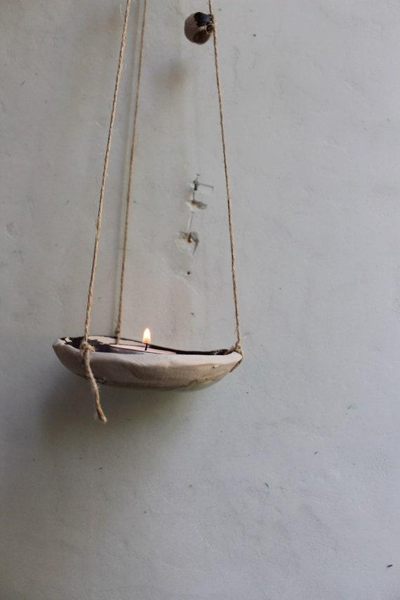 Bougeoir suspendu  en poterie ou support pour cône d'encens .