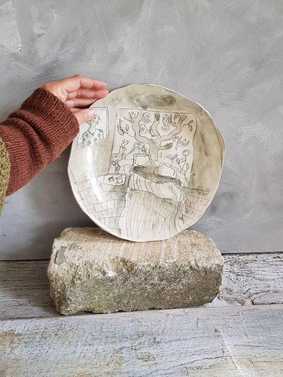 Assiette avec dessin d'artiste, c'est une grande assiette en grès avec une illustration de chambre un dessin bd. Piece-unique.