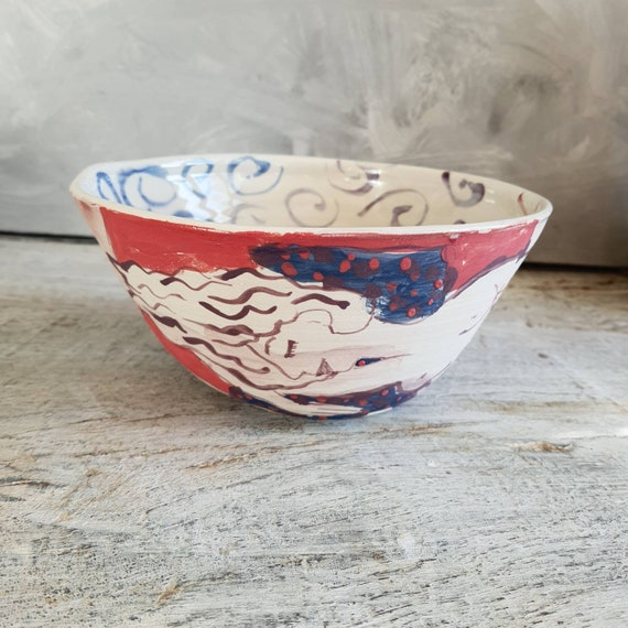 Saladier artisanal en poterie céramique moyen dessin de femme nu art blanc et bleu violet rouge