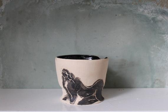 Vase en poterie artisanale avec un dessin d'artiste, céramique avec un dessin de femme.