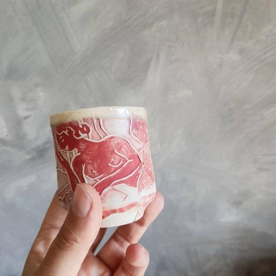 Tasse à café expresso poterie artisanale modelé rouge et blanche femme art