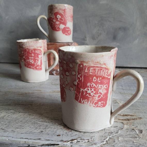 Mug en poterie artisanale rouge blanc dessin art céramique grès