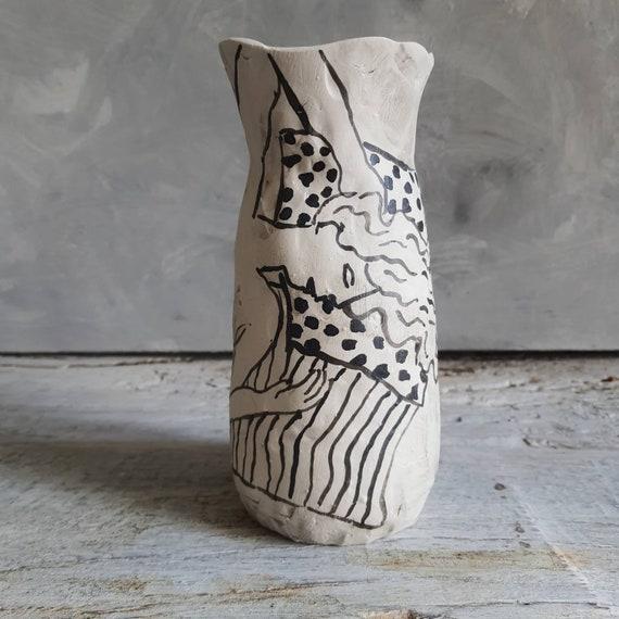 Vase en grès poterie artisanal noir et blanc dessin femme nu artistique