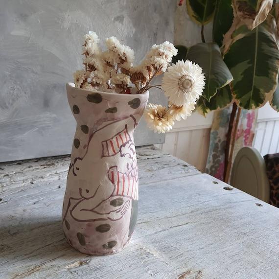 Vase en grès poterie artisanal vert rouge mauve dessin femme nu artistique