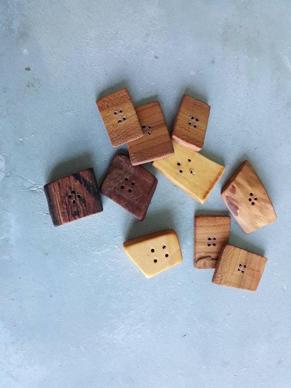 Lot de 10 boutons de forme divers géométrique  Fabrication française. Mélange de bois. Povenance France.
