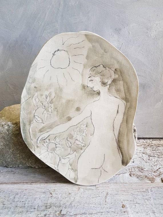 Assiette de forme libre dessin femme avec des tournesols, une moyenne assiette en grès gris et blanc. Piece-unique.