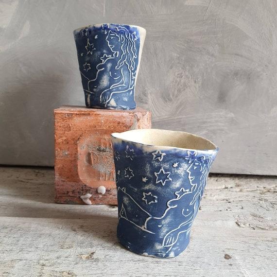 Tasse artisanal en poterie dessin de femme et d'étoiles blanc et bleu tasse café thé céramique