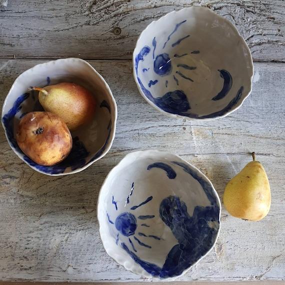 Bol artisanal en poterie dessin de femme et lune soleil bleu et blanc grand bol céramique féminin sacré