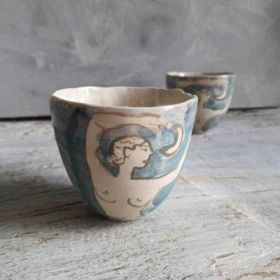 Tasse artisanal en poterie dessin de femme nu féminin lune bleu vert tasse café thé céramique