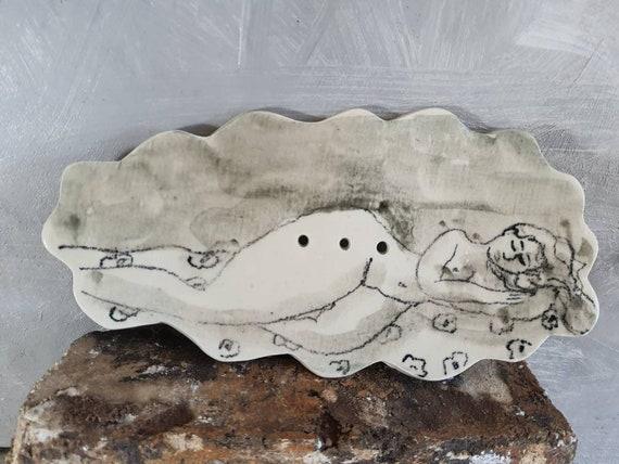 Grand porte-savon avec dessin.  Coupee pour savon en poterie. Céramique avec dessin d'art. Vente en ligne de mug artisanal.