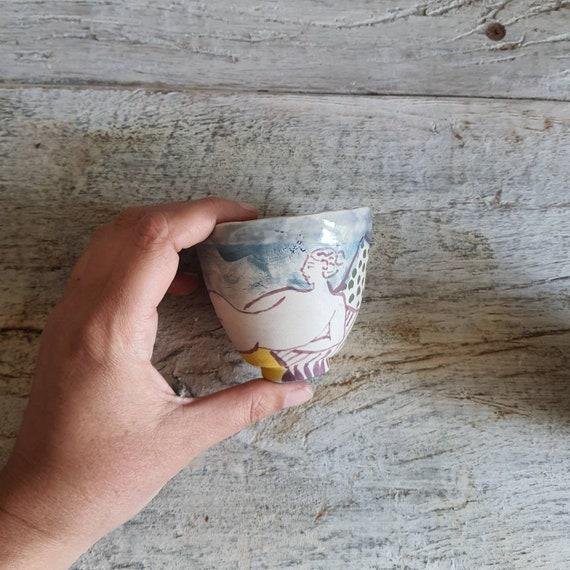 Tasse artisanal en poterie dessin de femme nu féminin colorée tasse café thé céramique