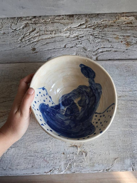 Saladier artisanal en poterie dessin de femme nu art blanc et bleu céramique