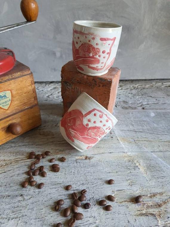 Lot de deux tasses à café thé poterie artisanale tournée rouge et blanc art femme modèle vivant