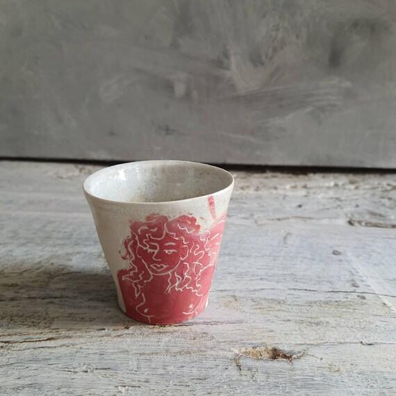 Tasse à café expresso poterie artisanale tournée rouge et blanche femme art