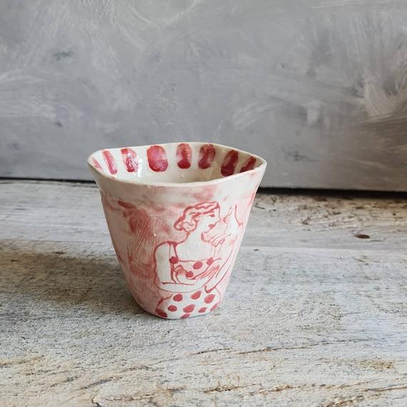 Tasse artisanal en poterie dessin de femme et de chat blanc et rouge tasse café thé céramique
