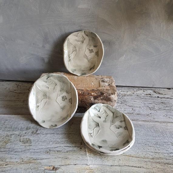 Coupelle poterie artisanale grise blanc dessin femme nu de dos