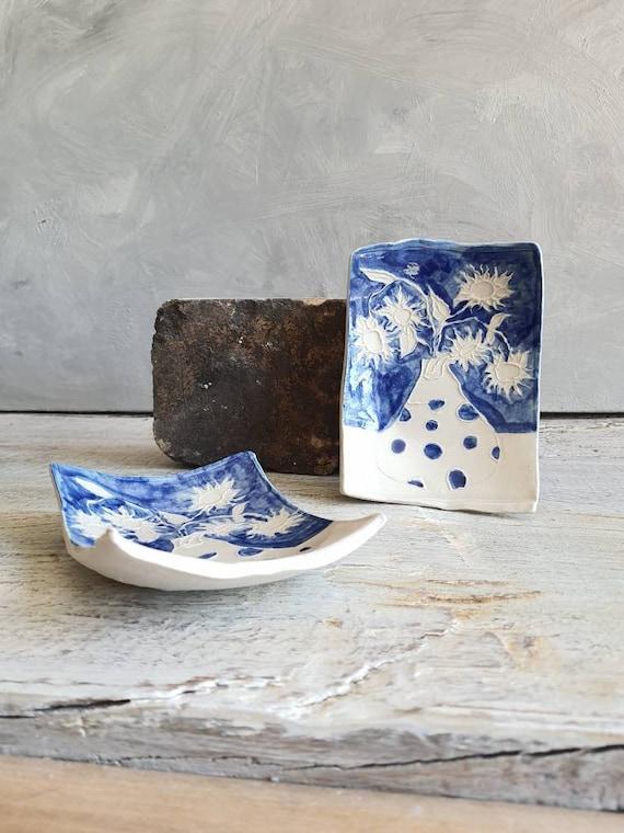 Coupelle en poterie en forme de rectangle avec dessin de tournesols bleu et blanc. Petite assiette en poterie artisanale avec dessin.