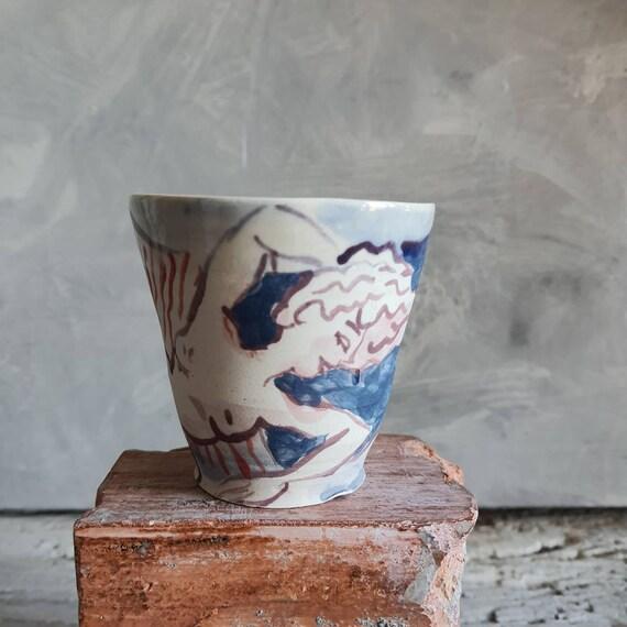 Tasse artisanal en poterie dessin de femme nu couché blanc et bleu violet rouge tasse café thé céramique