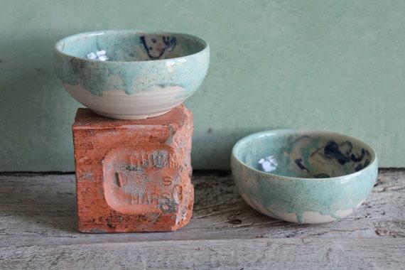 Bol en céramique artisanale avec dessin. Bol en poterie vert . Dessin de femme nue réalisé d'après modèle vivant.