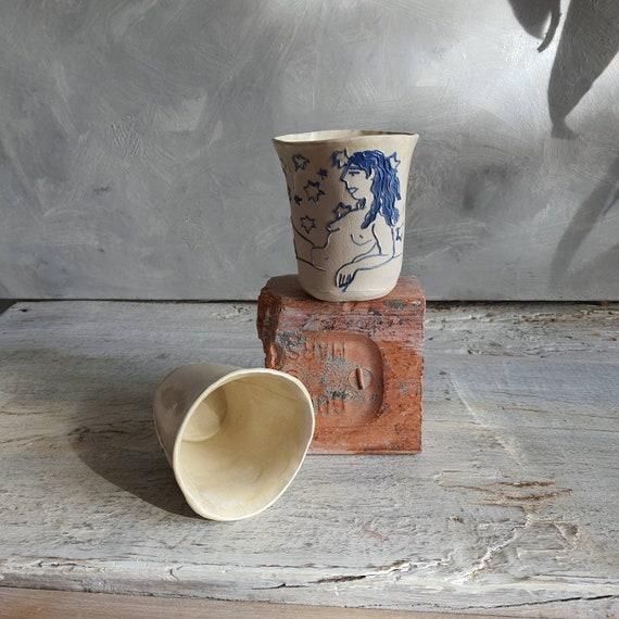 Tasse artisanal en poterie dessin de femme étoile blanc et bleu tasse café thé céramique