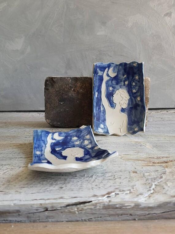 Coupelle en poterie en forme de rectangle avec dessin de femme à la lune bleu et blanc. Petite assiette en poterie artisanale avec dessin.