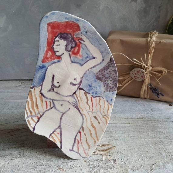 Assiette poterie artisanale rouge et bleu violette dessin femme modèle d'art