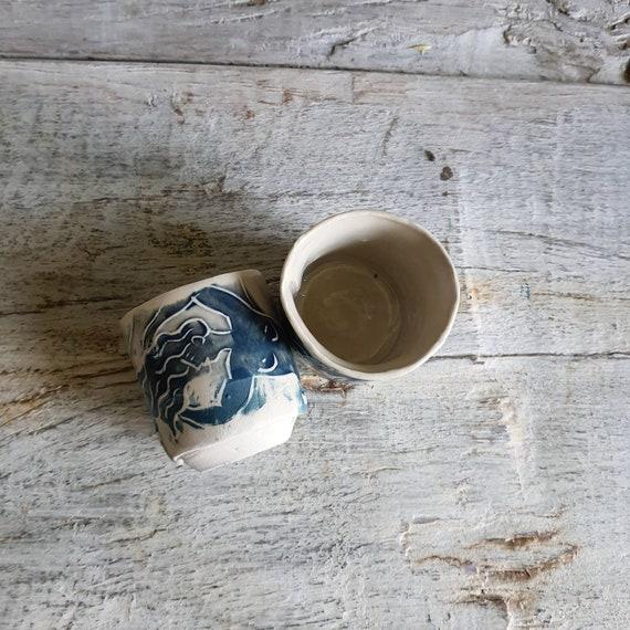 Tasse à café expresso poterie artisanale modelé rouge et blanche femme art lune soleil céramique