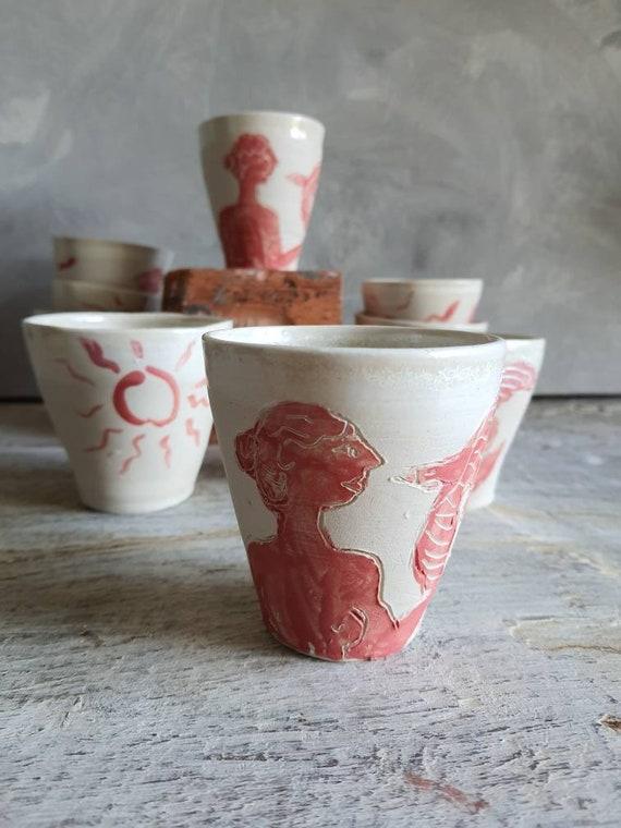 Tasse artisanal en poterie dessin de femme et d'oiseau blanc et rouge tasse café thé céramique