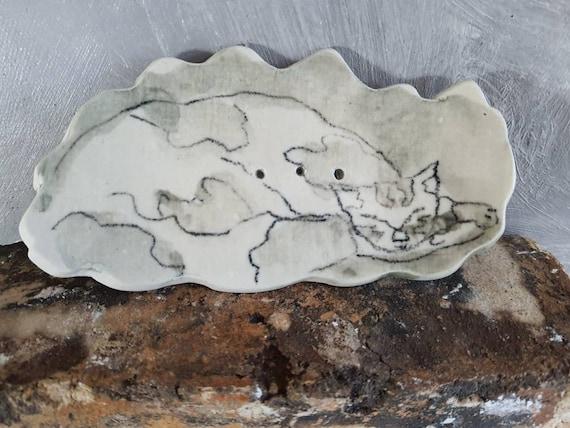 Porte-savon avec dessin.  Coupelle pour savon en poterie. Céramique avec dessin d'art. Vente en ligne de mug artisanal.