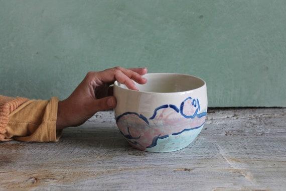 Saladier en poterie artisanale de couleur vert et blanc avec dessin de femme nue.Saladier en grès blanc avec un dessin de silhouette de dos.