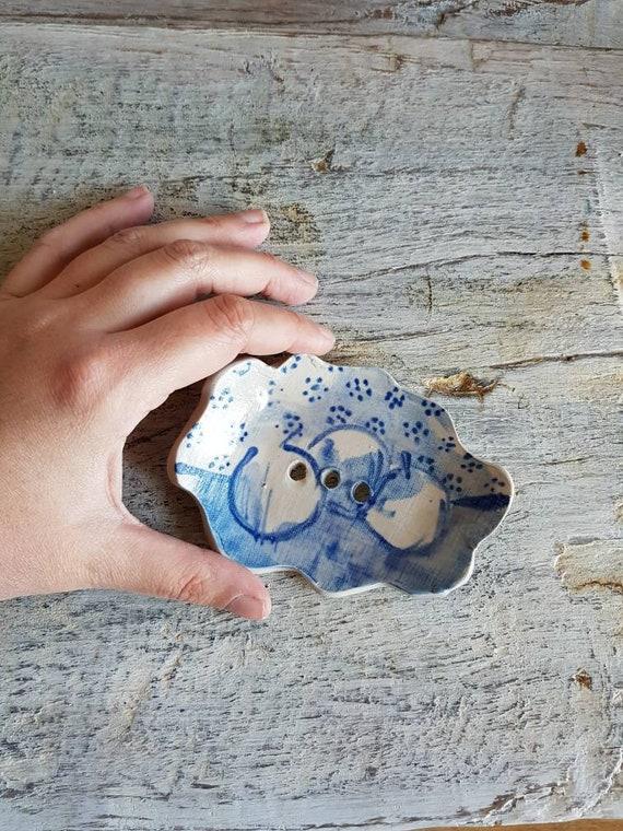 Porte-savon en grès avec dessin.  Objet de décoration pour salle de bain bleu et blanc. Nature morte.