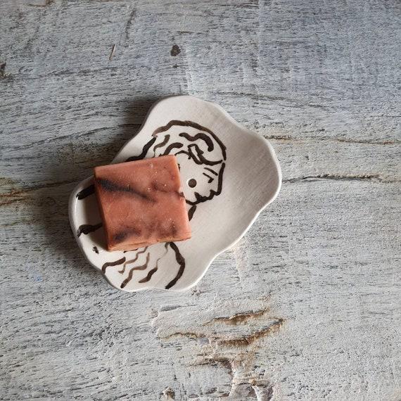 Porte savon céramique artisanal grès noir et blanc  dessin femme poterie fabriqué en France