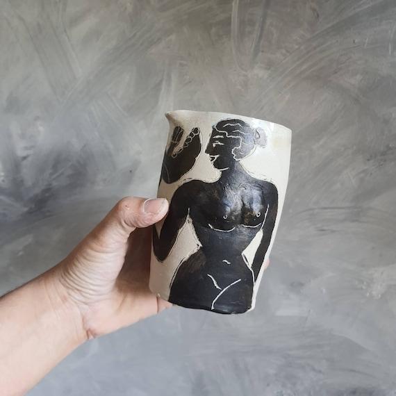 Petit pichet cruche en poterie artisanale pot à eau grès noir et blanc dessin femme oiseau vase