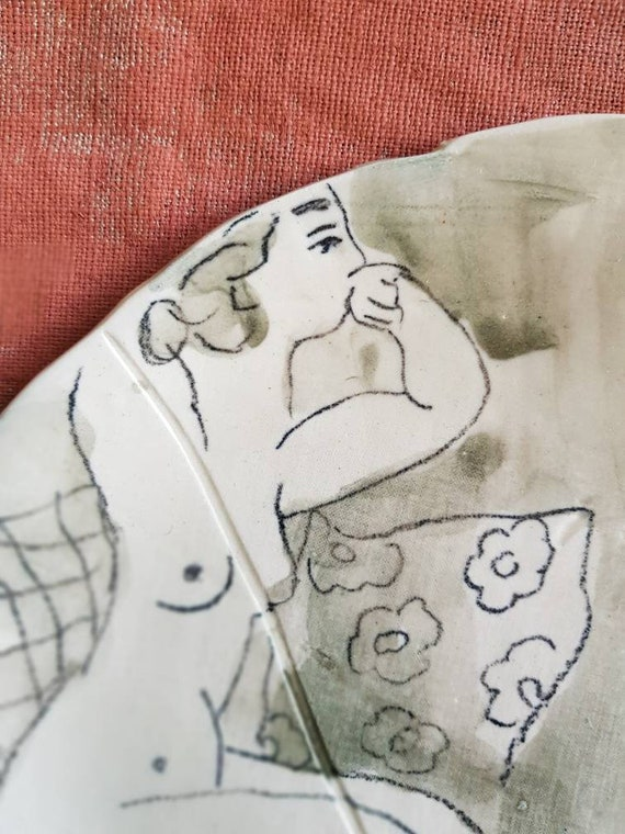 Assiette avec dessin de femme, c'est une demi assiette en grès avec une illustration de femme  nu. Baigneuse. Piece-unique.