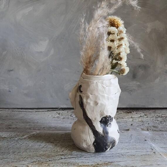 Vase de taille moyenne artisanal en poterie dessin de femme lune noir et blanc grès