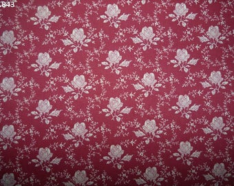C843 Roses fabric on red coupon 35x50cm