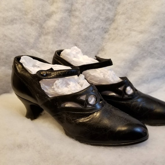 Antique ladies Edwardian Victorian Era Shoes 1920s leather Louis Style Heel black leather cut out Vamp detail historical costume