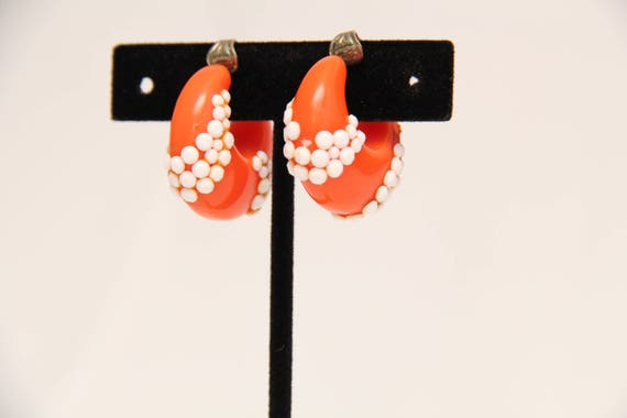 Vintage 1960's Plastic Clip-on Earrings With Matc… - image 3