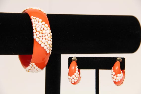 Vintage 1960's Plastic Clip-on Earrings With Matc… - image 2