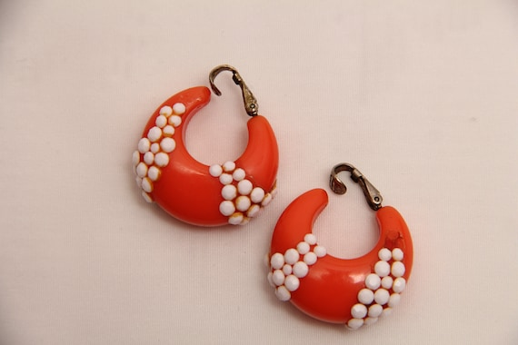 Vintage 1960's Plastic Clip-on Earrings With Matc… - image 5