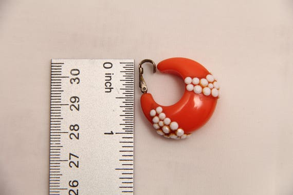 Vintage 1960's Plastic Clip-on Earrings With Matc… - image 7