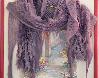 2358d345515 Echarpe mauve réalisée de volants de fausse fourrure au centre de franges  dans une laine trés douce acrylique
