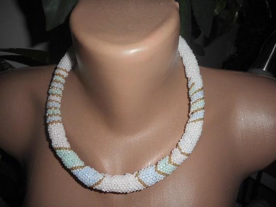 collier ras de cou perle de rocaille