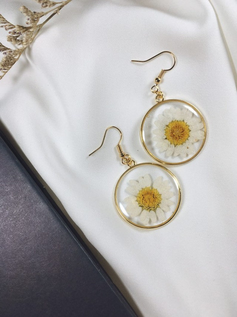 daisy pendant fresh flower jewelry white daisy yellow flower real flower with resin pendant fresh flower pendant Daisy Flower earrings